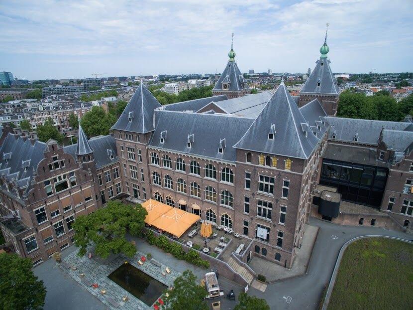 Luchtfoto van het KIT, de nieuwe locatie van de Impact Hub, aan de Mauritskade in Amsterdam