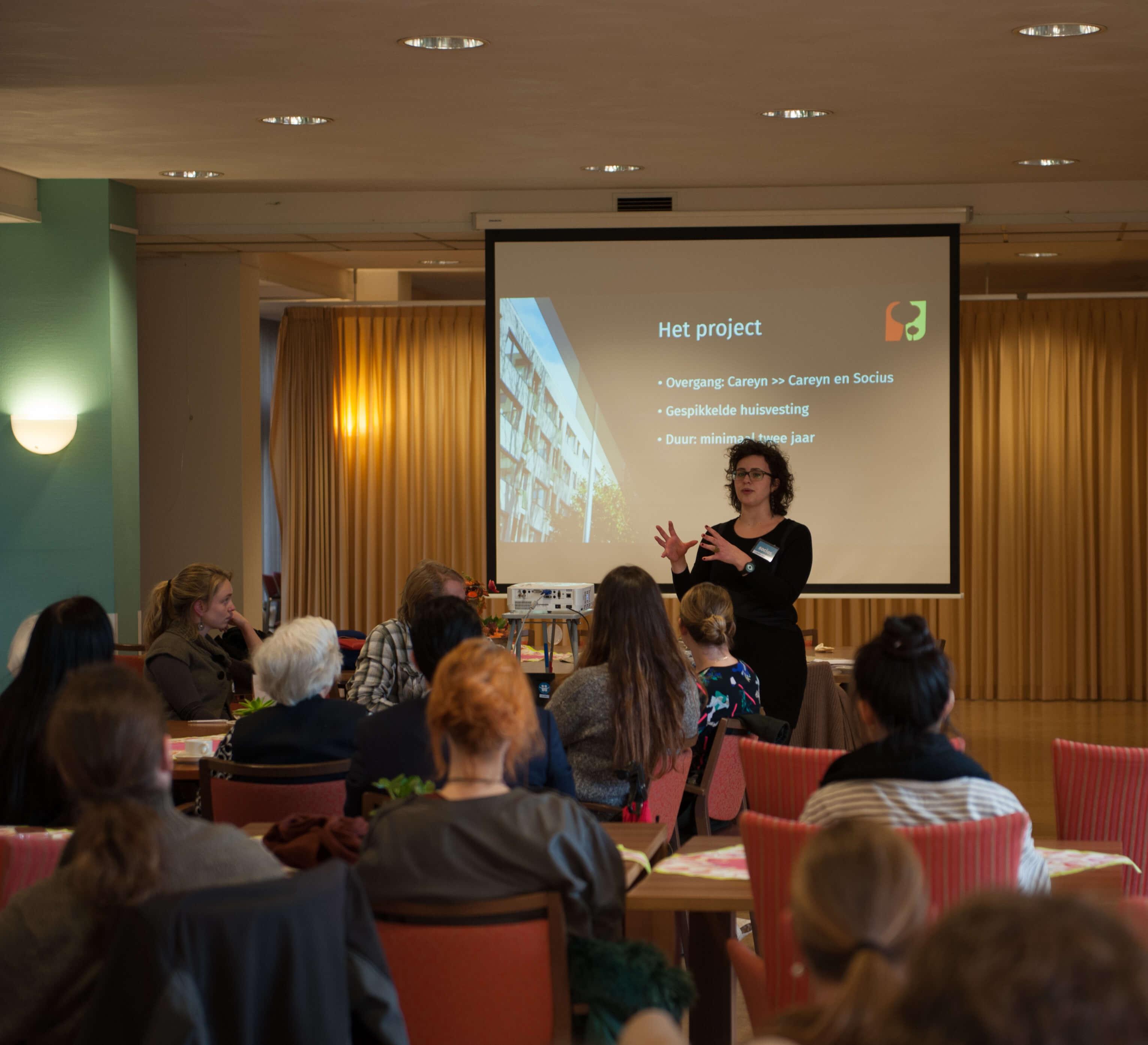 Laury van Achten geeft een presentatie