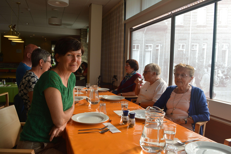 Elly Janssen aan tafel samen met enkele buurtbewoners